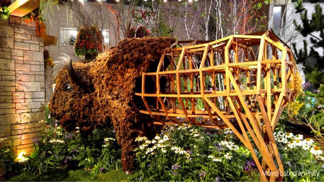 American Bufalo, una magnífica escultura en el Flower Show de Philadelphia con el tema Explore America.