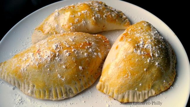Empanadas rellenas con lomo saltado, al estilo Perú.