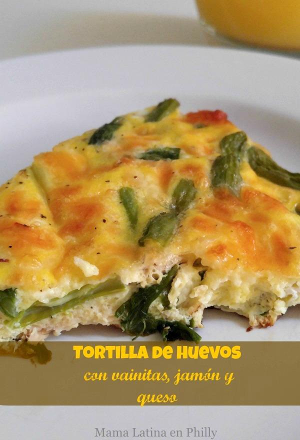 Tortilla de huevos con vainitas y jamón, una receta ideal para un delicioso desayuno o para un brunch.