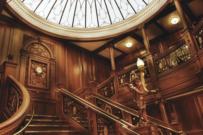 Las escaleras dentro del museo del Titanic en Pigeon Forge, Tennesse