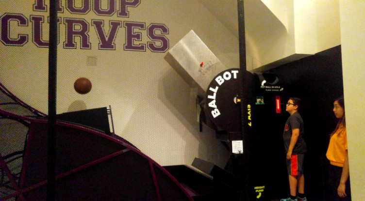 Programando a Ball Bot antes de enviar la pelota al baloncesto en el museo de las matematicas Momath en New York
