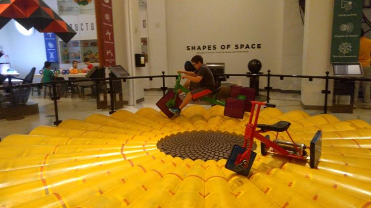 EL famoso triciclo de ruedas cuadradas en el Museo de las matemáticas en New York