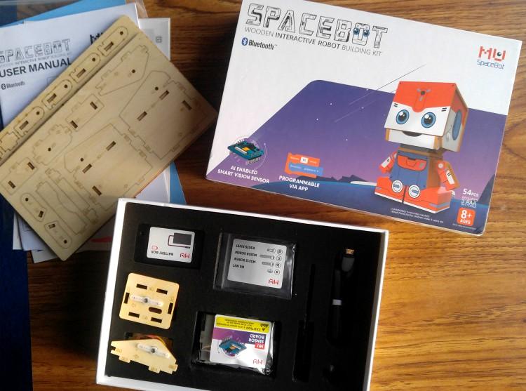 La caja de MU Spacebot que contiene 54 piezas