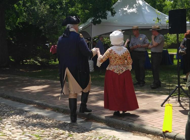 George Washington y su esposa Martha caminando por las calles de la histórica ciudad de Filadelpfia, Philadelphia